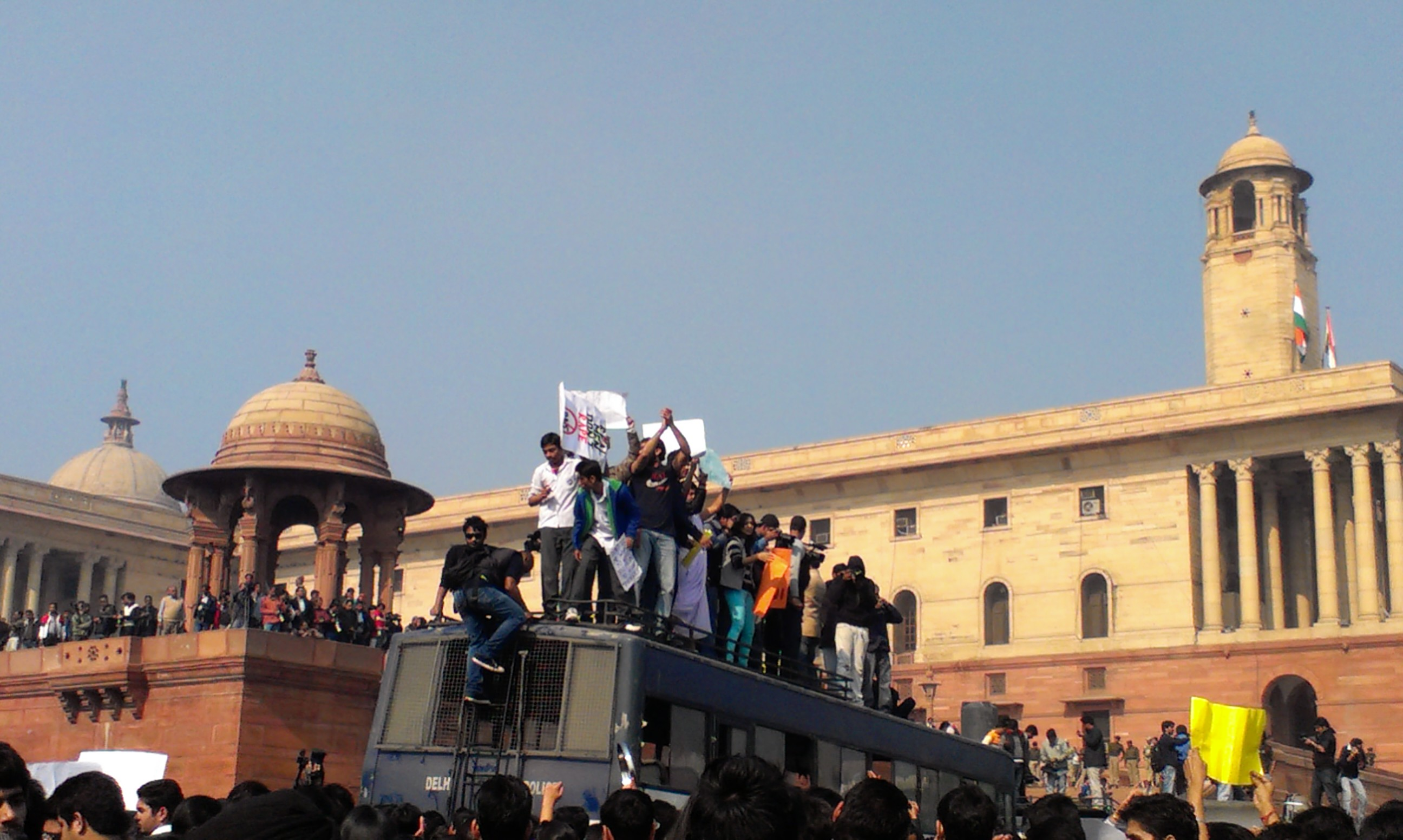 Delhi_protests-Raisina_Hill,_bus
