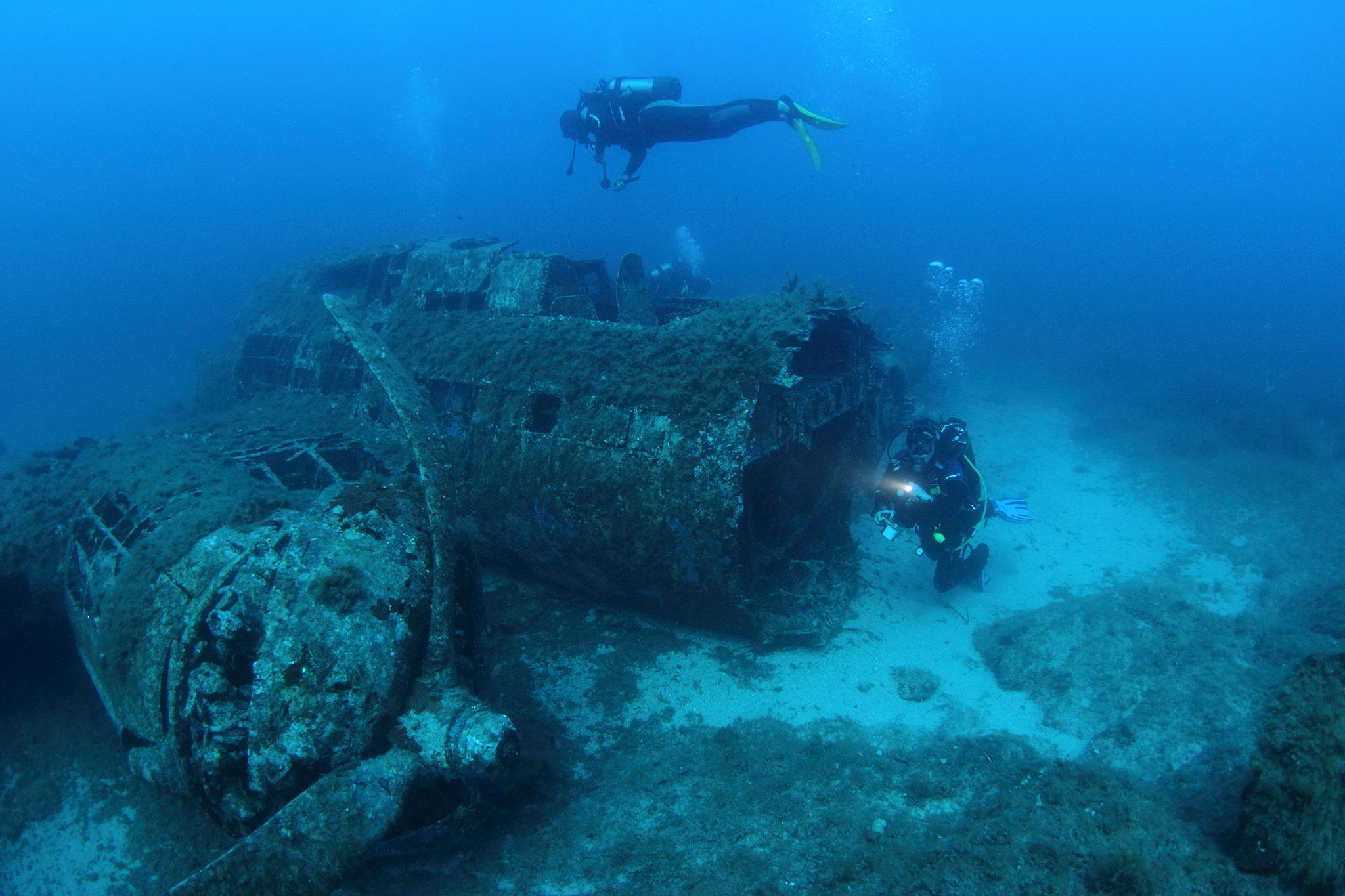 Scuba_divers_on_the_wreck_of_a_B-17_bomber