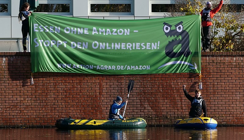 800px-Protest_banner_in_front_of_Amazon_logistics_center_in_Berlin-Tegel_5